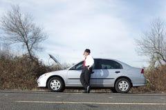 Uomo d'affari con difficoltà dell'automobile Immagini Stock