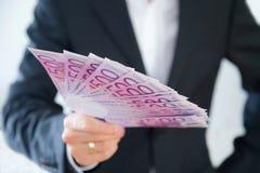 Uomo d'affari con 500 euro fatture in sua mano destra Fotografia Stock