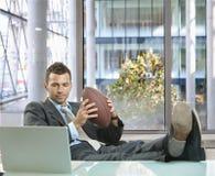 Uomo d'affari con gioco del calcio Fotografie Stock