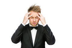 Uomo d'affari con gli occhi chiusi che mettono le mani sulla testa immagini stock libere da diritti
