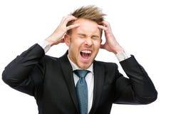 Uomo d'affari con gli occhi chiusi che mettono le mani sulle grida cape fotografie stock