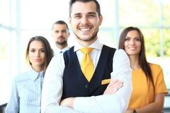 Uomo d'affari con i colleghi nella priorità bassa immagine stock