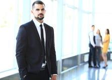 Uomo d'affari con i colleghi nella priorità bassa immagini stock libere da diritti