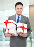 Uomo d'affari con i contenitori di regalo fotografia stock libera da diritti
