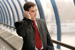 Uomo d'affari con i documenti sul telefono fotografia stock
