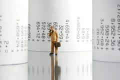 Uomo d'affari con i rulli di carta Immagine Stock