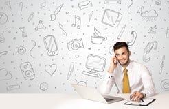 Uomo d'affari con i simboli sociali di media Immagine Stock
