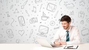 Uomo d'affari con i simboli sociali di media Fotografia Stock