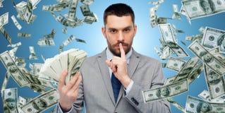 Uomo d'affari con i soldi americani del dollaro Fotografie Stock