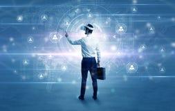 Uomo d'affari con i vetri del vj che controlla connettività immagini stock