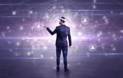 Uomo d'affari con i vetri del vj che controlla connettività immagine stock libera da diritti