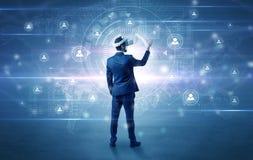 Uomo d'affari con i vetri del vj che controlla connettività immagine stock