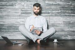 Uomo d'affari con il blocchetto per appunti Fotografie Stock
