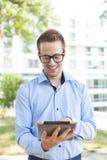 Uomo d'affari con il calcolatore del ridurre in pani in sosta Immagini Stock Libere da Diritti