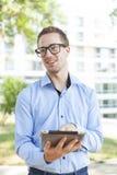 Uomo d'affari con il calcolatore del ridurre in pani in sosta Fotografia Stock Libera da Diritti
