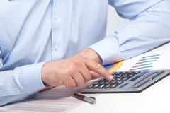 Uomo d'affari con il calcolatore nell'ufficio Immagini Stock