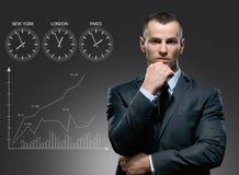 Uomo d'affari con il carretto di crescita su fondo grigio Immagini Stock Libere da Diritti