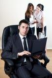 Uomo d'affari con il collaboratore sulla parte fotografie stock libere da diritti