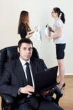 Uomo d'affari con il collaboratore sulla parte fotografia stock