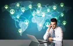 Uomo d'affari con il collegamento sociale di media Immagini Stock