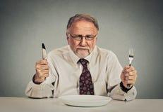 Uomo d'affari con il coltello vuoto del piatto e forcella pronta per il negoziato di affare Fotografia Stock Libera da Diritti