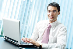 Uomo d'affari con il computer portatile Fotografie Stock Libere da Diritti