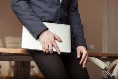 Uomo d'affari con il computer portatile Immagini Stock