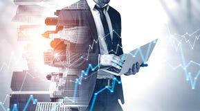 Uomo d'affari con il computer portatile in citt?, grafico immagini stock