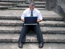 Uomo d'affari con il computer portatile esterno Fotografie Stock