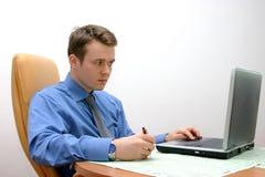 Uomo d'affari con il computer portatile, messo a fuoco sui dati Fotografia Stock Libera da Diritti