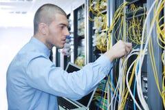 Uomo d'affari con il computer portatile nella stanza del servizio rete Immagine Stock