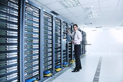 Uomo d'affari con il computer portatile nella stanza del servizio rete Immagini Stock Libere da Diritti