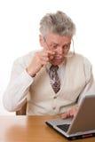 Uomo d'affari con il computer portatile su priorità bassa bianca Fotografie Stock