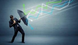 Uomo d'affari con il concetto delle frecce del mercato azionario e dell'ombrello Fotografia Stock Libera da Diritti