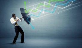 Uomo d'affari con il concetto delle frecce del mercato azionario e dell'ombrello Fotografia Stock