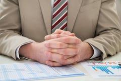Uomo d'affari con il diagramma di Gantt Immagine Stock