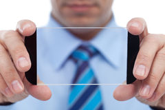 Uomo d'affari con il dispositivo moderno di tecnologia