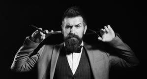 Uomo d'affari con il fronte serio isolato su fondo nero Macho in vestito convenzionale taglia e rade la barba Fotografia Stock Libera da Diritti