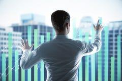 Uomo d'affari con il grafico dei forex Immagini Stock