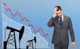 Uomo d'affari con il grafico e i pumpjacks dei forex Fotografie Stock Libere da Diritti