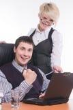 Uomo d'affari con il lavoro del collega con il computer portatile Fotografie Stock