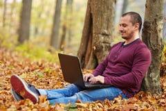Uomo d'affari con il lavoro del computer portatile all'aperto Immagini Stock Libere da Diritti