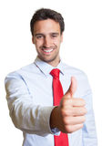 Uomo d'affari con il legame rosso che mostra pollice su Fotografia Stock Libera da Diritti