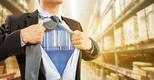 Uomo d'affari con il lettore di codici a barre in magazzino Fotografia Stock