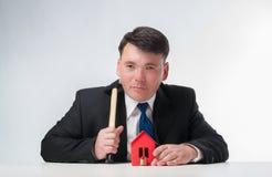 Uomo d'affari con il martello Fotografia Stock