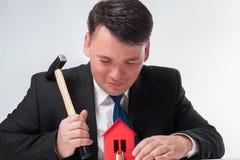 Uomo d'affari con il martello Fotografie Stock