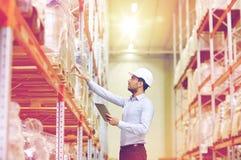 Uomo d'affari con il pc della compressa al magazzino Immagine Stock Libera da Diritti