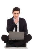 Uomo d'affari con il pensiero del computer portatile. Fotografia Stock