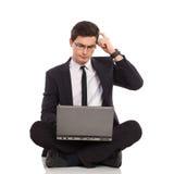 Uomo d'affari con il pensiero del computer portatile. Fotografia Stock Libera da Diritti