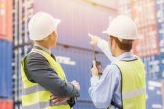 Uomo d'affari con il personale in logistico, esportazione, industria dell'importazione fotografie stock